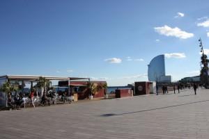 Promenade am Barceloneta Strand an der Moma Beach Bar