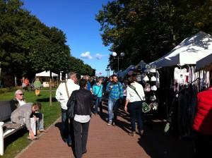 Shopping auf der Promenade auf dem Weg zur Seebrücke Boltenhagen