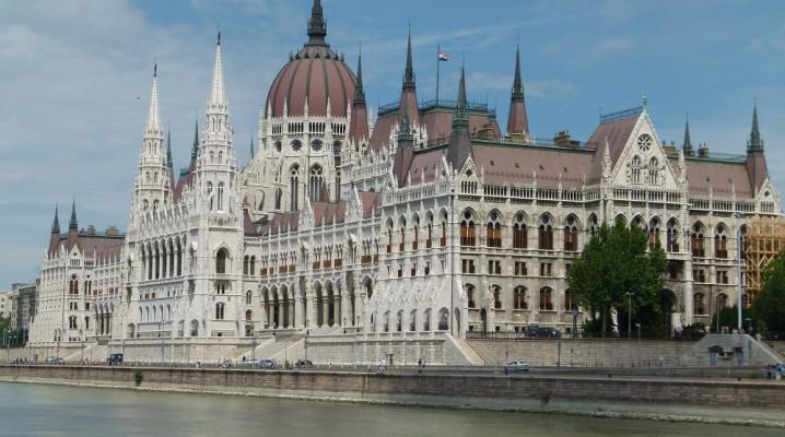 Parlamentsgebäude Budapest an der Donau