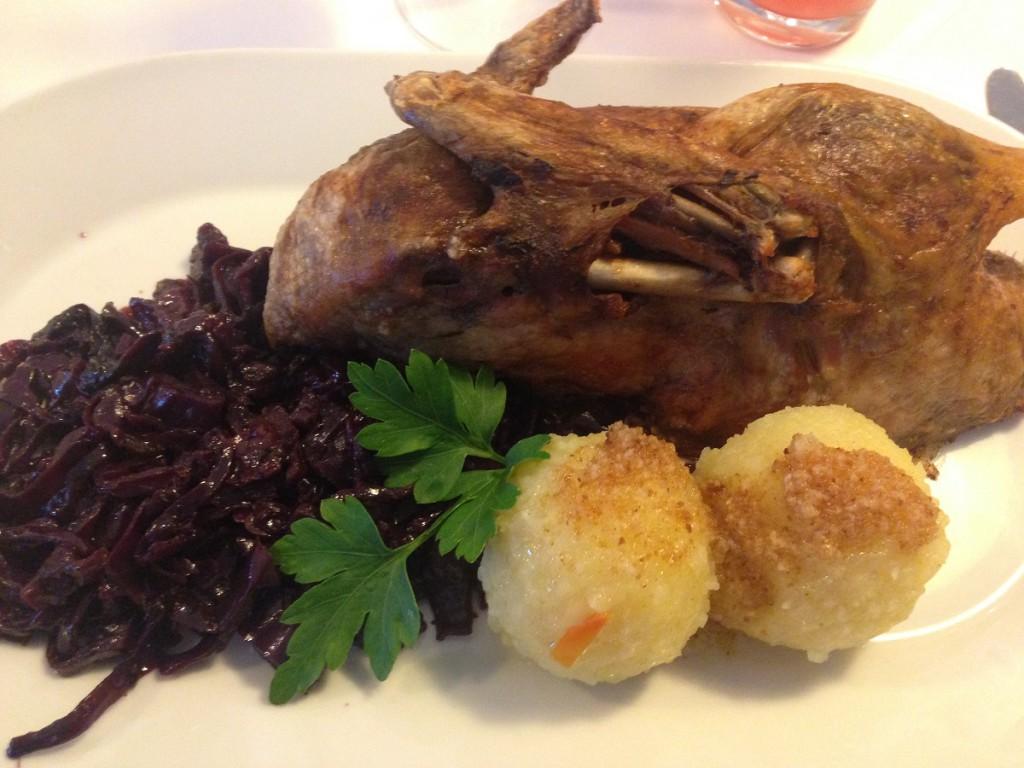 Ente mit Rotkohl und Klößen im Restaurant Wilhelmshöhe