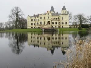 Teich und Treppe von Schloss Lützow
