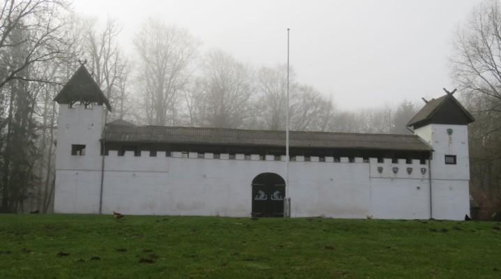 Vorderansicht Jomsburg und Bundeswiese bei Dänisch-Nienhof