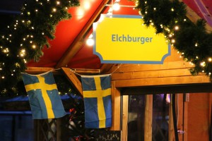 Elchburger auf dem Weihnachtsmarkt Kiel am Schweden-Stand auf dem Holstenplatz