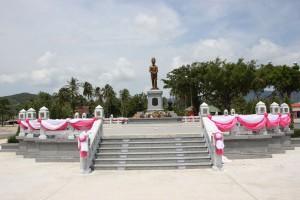 Kreisverkehr mit Statue in Thong Sala auf Koh Phangan