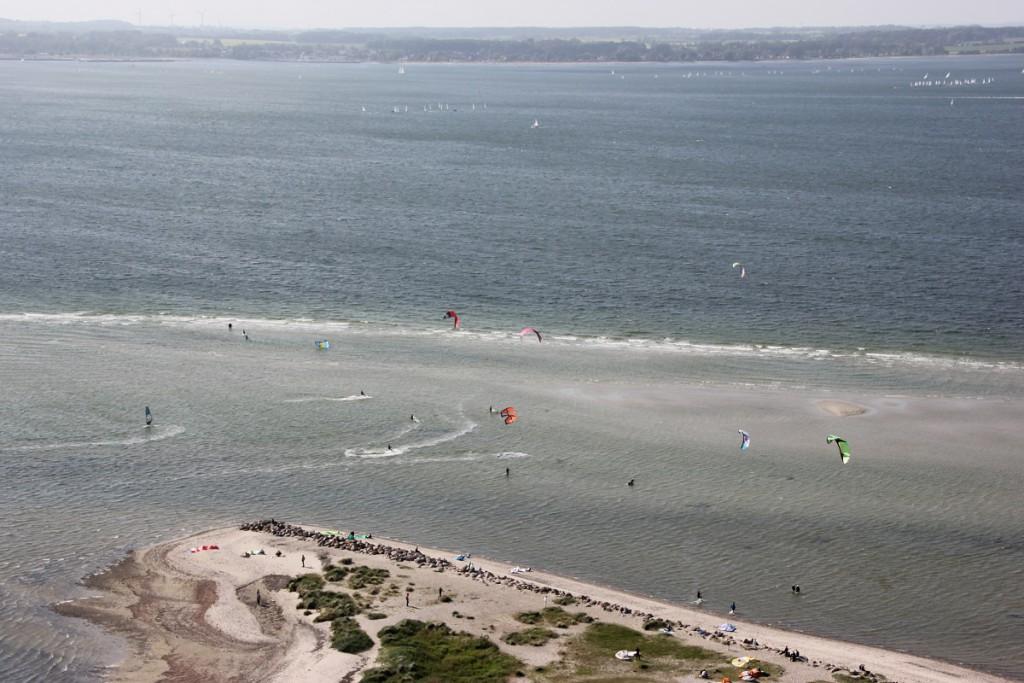 Kite Surfing in Laboe an der Kieler Förde, Blick vom Marine-Ehrenmal