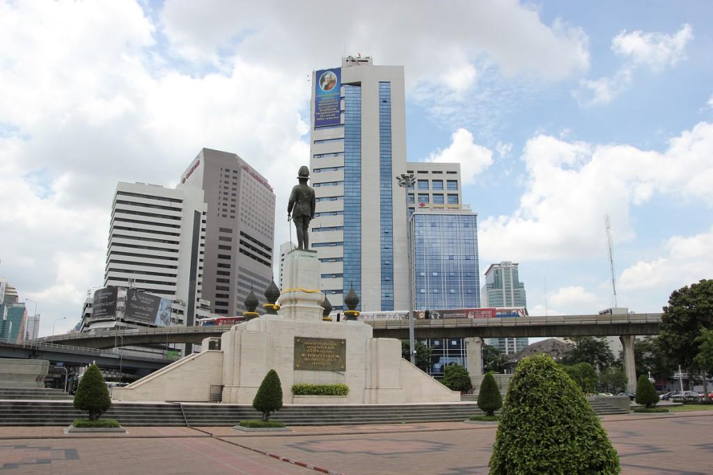 Statue von König Rama VI. am Eingang des Lumphini-Parks Bangkok