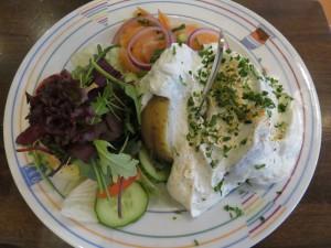 Ofenkartoffel mit Sour Cream, Wildlachs & Salat im Brauhaus Eutin