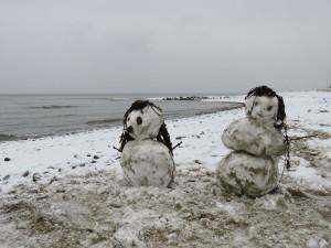 Schneemänner am Strand von Dänisch-Nienhof an der Ostsee