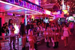 Die Soi Cowboy in Bangkok ist eines der bekanntesten Vergnügungs- und Rotlichviertel der Stadt