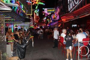 Die Soi Cowboy in Bangkok ist eines der bekanntesten Vergnügungs- und Rotlichtviertel der Stadt