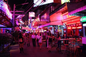Die Soi Cowboy in Bangkok zählt zu den bekanntesten Vergnügungs- und Rotlichvierteln der Stadt