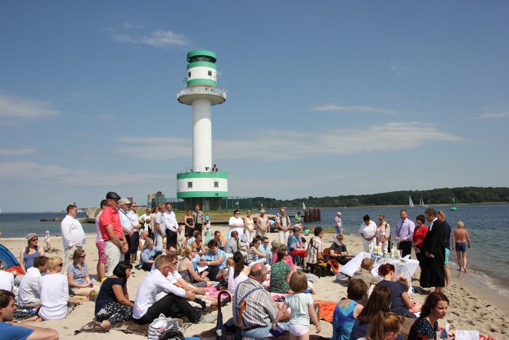 Strandtaufe am Falckensteiner Strand an der Kieler Förde im Sommer 2014 vor dem Leuchtturm