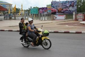 Telefonieren auf dem Motorroller in Surat Thani
