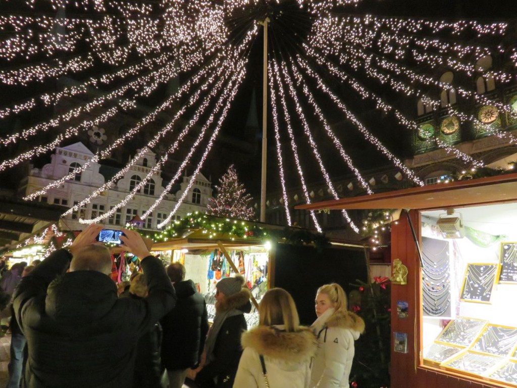 Himmelszelt auf dem Lübecker Weihnachtsmarkt auf dem Marktplatz