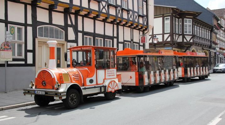 Wernigeröder Schloßbahn an einer Haltestelle in der Altstadt von Wernigerode