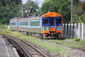 Zug im Bahnhof Bang Sue in Thailand