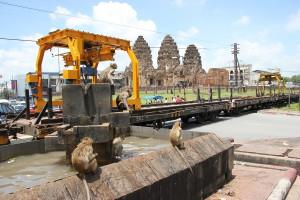 Affen am Brunnen in Lop Buri vor dem Prang Sam Yot