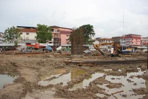Baustelle an den Gleisen auf der Zugfahrt Bangkok - Lop Buri