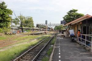 Bahnstation Bang Sue auf der Fahrt von Bangkok nach Lop Buri