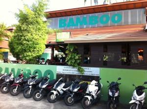 """Vor der Bamboo Bar von Auswanderer Matthias Bück auf Koh Samui in Thailand, bekannt aus """"Goodbye Deutschland"""""""