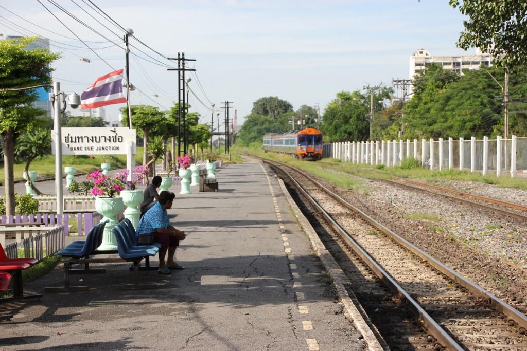 Bang Sue Bahnsteig auf dem Weg von Bangkok nach Lop Buri