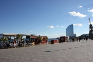 Promenade am Barceloneta Strand an der Moma Beach Bar
