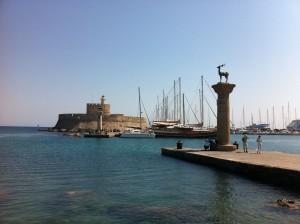 Elafos & Elafina am Hafen von Rhodos