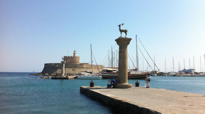 Elafos & Elafina Wappentiere am Mandraki Hafen Rhodos
