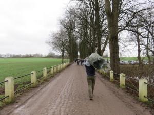 Gut Augustenhof Tannenbaum Kauf - mit dem Weihnachtsbaum auf der Schulter zurück zum Auto