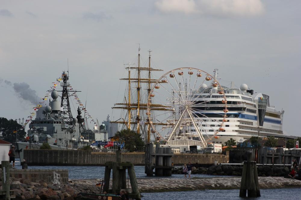 Aida, Gorch Fock und Fregatte Karlsruhe auf der Hanse Sail in Warnemünde