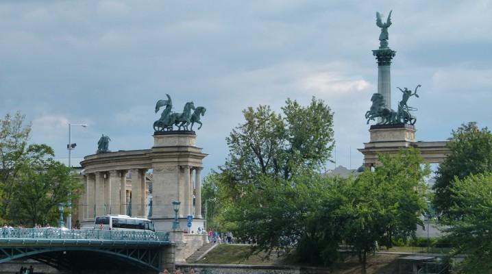 Heldenplatz Budapest und Brücke zum Stadtwäldchen