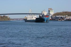 Blick auf die Holtenauer Hochbrücke am Nord-Ostsee-Kanal mit Schiff im Kanal