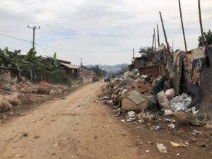 Kampala Straße zur Mülldeponie Kiteezi am Rand der Hauptstadt von Uganda