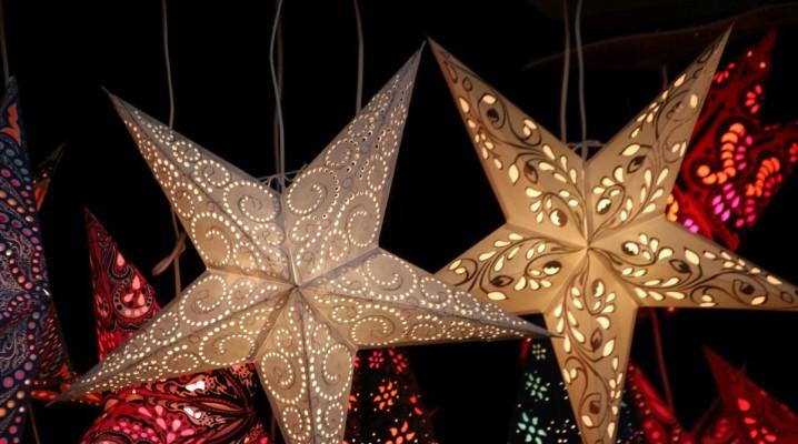 Weihnachtssterne auf dem Weihnachtsmarkt Kiel