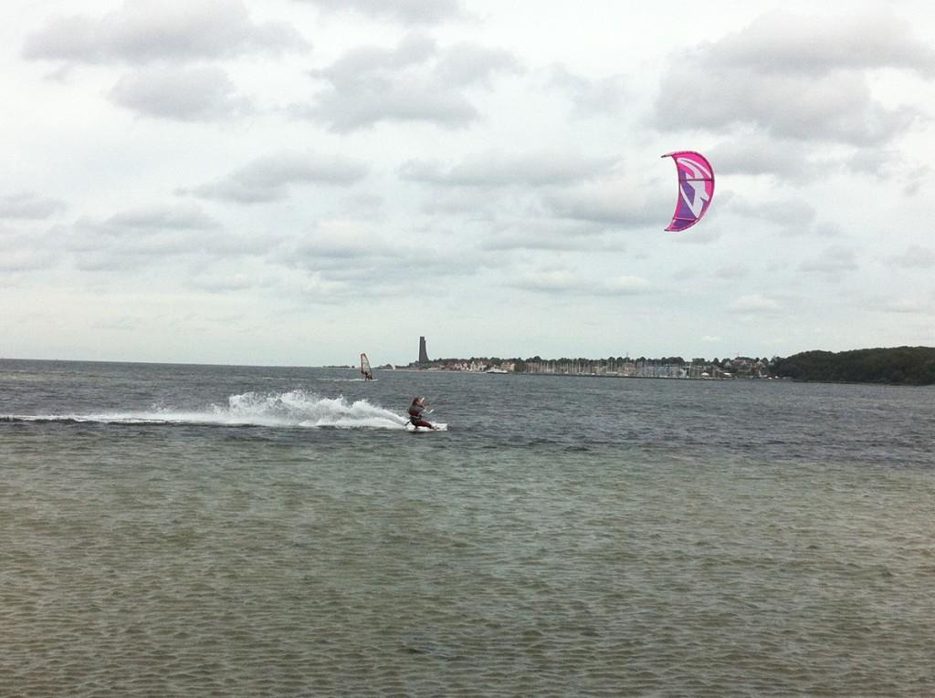 Kitesurfer am Falckensteiner Strand am Friedrichsorter Leuchtturm