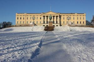 Vorderansicht Königliches Schloss Oslo und Reiterstatue