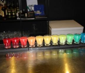 Coole Bar: 11 Kurze in Regenbogenfarben im Czupito Posen