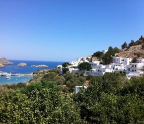 Bucht und Häuser von Lindos unterhalb der Akropolis