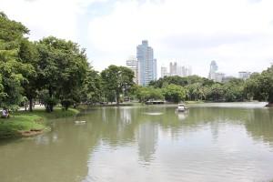 See im Lumphini-Park Bangkok mit Hochhäusern von Pathum Wan im Hintergrund