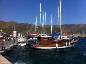 Segelboot an der Strandpromenade von Marmaris