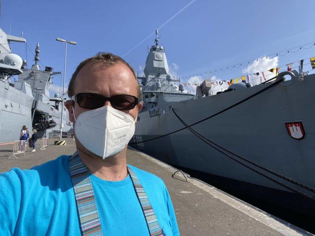 Im Marinestützpunkt Kiel an der Tirpitzmole zwischen zwei Fregatten