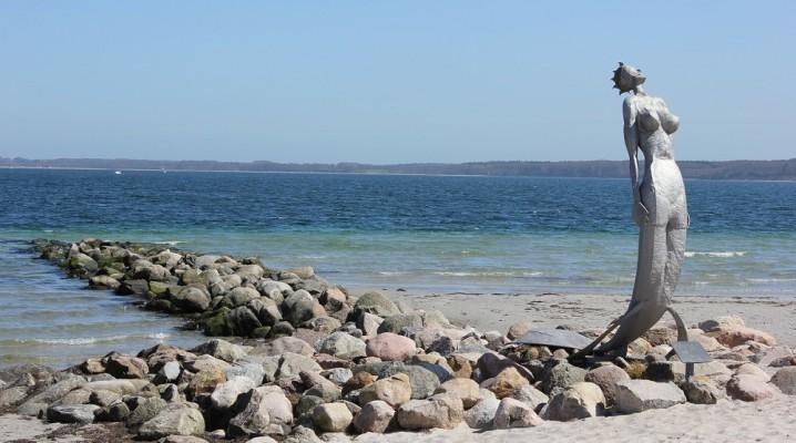 Meerjungfrau Eckernförde am Strand der Eckernförder Bucht