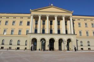 Eingangsbereich Königliches Schloss Oslo mit Palastwache