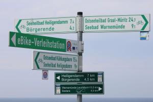 Und wohin jetzt? Wegweiser im Ostseebad Nienhagen