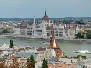 Blick von der Fischerbastei auf das Parlamentsgebäude Budapest