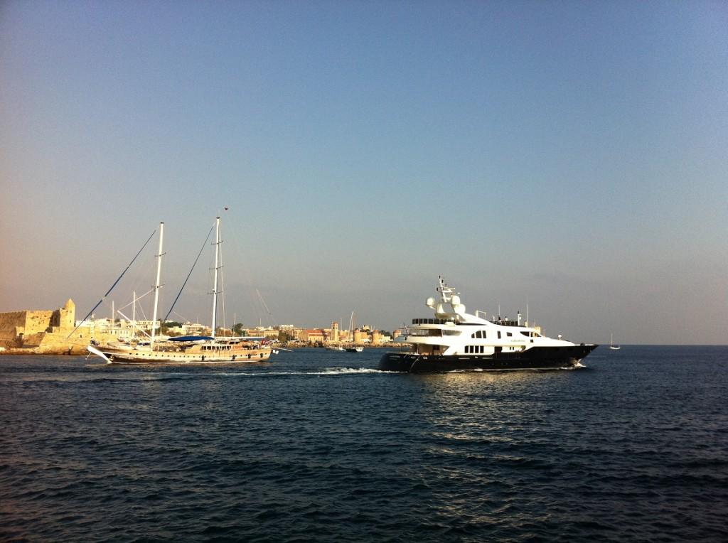 Rhodos Yacht und Segelboot am Yachthafen