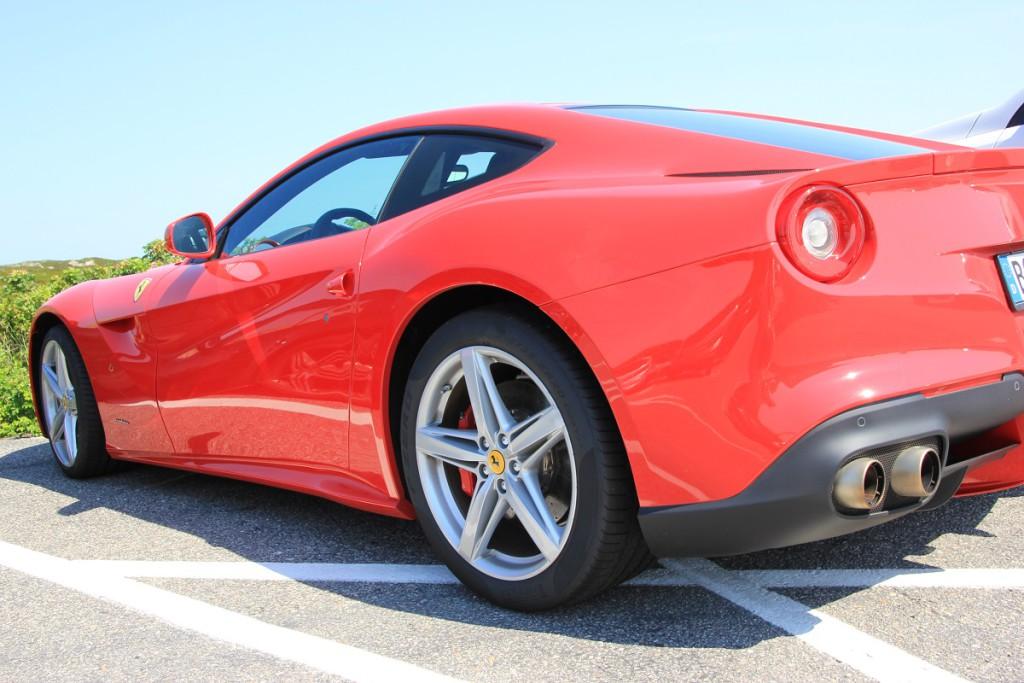 Roter Ferrari auf dem Sansibar Parkplatz auf Sylt