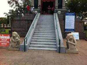 Treppe zum San Phra Kan Schrein in Lop Buri