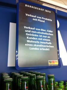 Hinweisschild im BorderShop Puttgarden: Kauf von Bier, Cider und nicht-alkoholischen Getränken ist nur für skandinavische Kunden erlaubt