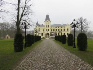 Vorderansicht Schloss Lützow & Mausoleum